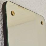 Ce miroir « rétroviseur » aux lignes '50 et au look rétro est de très belle facture! Ses dimensions originales et sa forme libre atypique habilleront les murs de l'entrée ou de la chambre en apportant une touche vintage, et beaucoup de bonne humeur!