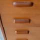 Avec ses lignes d'une grande douceur, cette commode vintage est un chouette meuble pour la chambre du bambin. En chêne, la teinte dorée est douce et lumineuse. Nous aimons beaucoup la façade des tiroirs discrètement inclinée qui vient donner du rythme à ce meuble des années 60. Et pour parfaire ses lignes rétro, un piétement fuseau et des poignées galbées en bois massif apportent une touche originale et tendre.