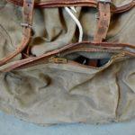 En cuir et toile de coton épaisse, ce sac vintage des années 50 fera le bonheur des amateurs de randonnée et autres baroudeurs! D'une très grande contenance, il dispose d'un espace de rangement vaste et de poches cachées dans le rabat notamment. Le cuir est patinée par les années et les kilomètres avalés, le coton est robuste. Niveau dorsal, le sac est équipé de lanières en cuir renforcées et d'une armature métallique amovible apportant confort niveau ventilation et ergonomie. En avant, marche!