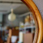 Les pommes ne tombent jamais bien loin de l'arbre! Voilà une déclinaison amusante des miroirs soleil et autres décorations murales en rotin. Figurant une pomme, cette version des années 60 est pleine de candeur et de douceur. Le miroir bohème trouvera sa place dans la chambre des enfants ou pour donner le ton, sur les murs de l'entrée.