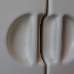 Le design space age et futuriste de cette armoire de salle de bain est tout simplement décoiffant. Production italienne des années soixante ce petit meuble est réalisé entièrement en plastique moulé. Bicolore, radical et décoiffant, nous apprécions ses formes arrondies aérodynamiques. Le modèle d'étagère est baptisé Spulca, il a été fabriqué par Torino CM.