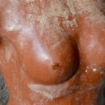 Torse féminin en terre cuite