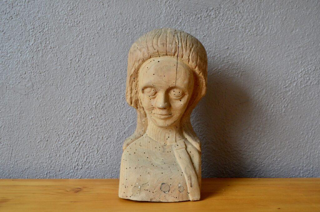 Tête féminine en bois sculpté