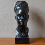 """Grande tête de femme sculptée en taille directe. Bois africain """"ébonisé"""", style art déco vers 1920. Travail d'une grande finesse, Signée J. Vargas"""