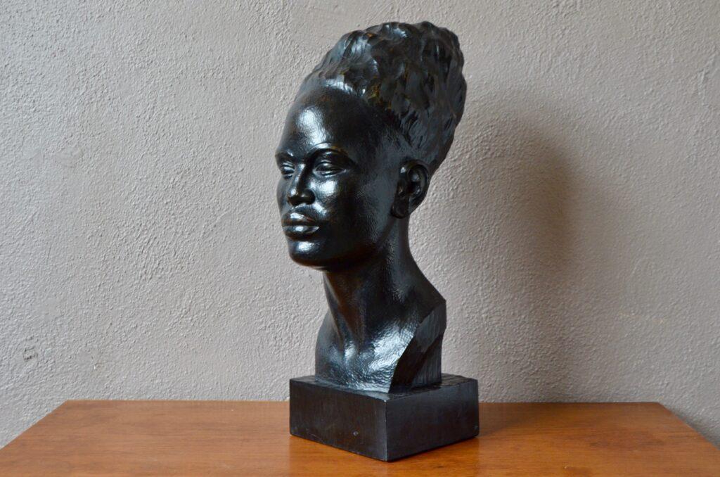Buste de femme en bois sculpté