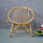 Lignes tendres et bohèmes pour ce fauteuil enfant des années 70. En rotin clair, il est lumineux et plein de charme. Son assise est large et confortable, son piétement est stable et solide. Léger, il sera un parfait «premier» fauteuil pour le tout-petit.