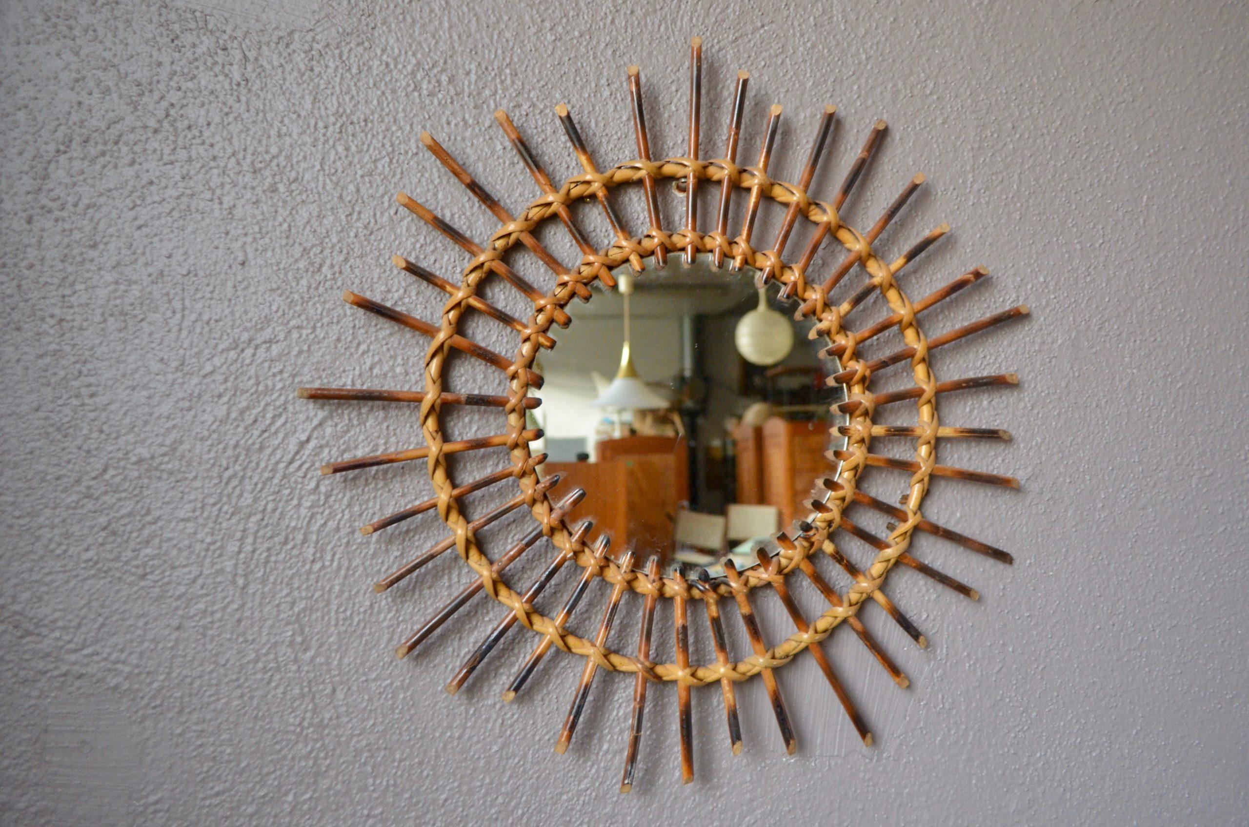 Miroir, mon beau miroir… De belles dimensions et un travail original du rotin brûlé pour ce miroir vintage. Sur un mur blanc ou coloré, LA touche déco pour un intérieur plein de douceur et de personnalité!