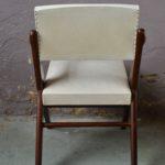 Ce petit fauteuil bridge des années 50 est surprenant ! Dans un pur style vintage, il apporte énergie et originalité à la déco intérieure. Le piétement est particulièrement original : tout en diagonale pour un effet assurément compas. La structure en bois noirci contraste joliment avec le skaï blanc crème de l'assise et du dossier.