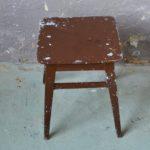 Tabouret d'atelier ancien en bois patiné marron style indus