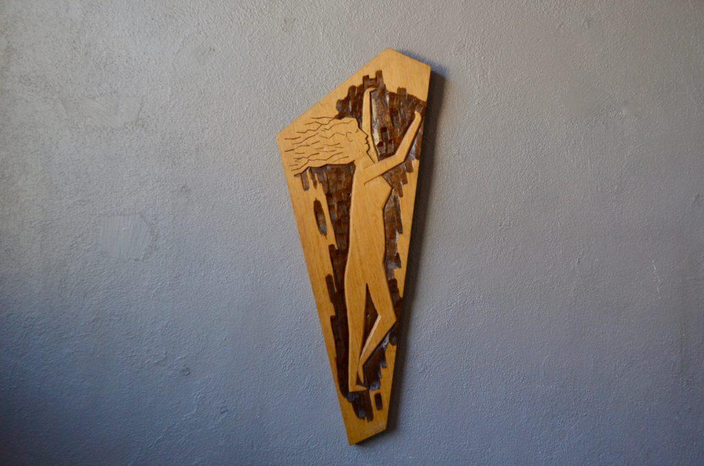Planche de bois sculptée