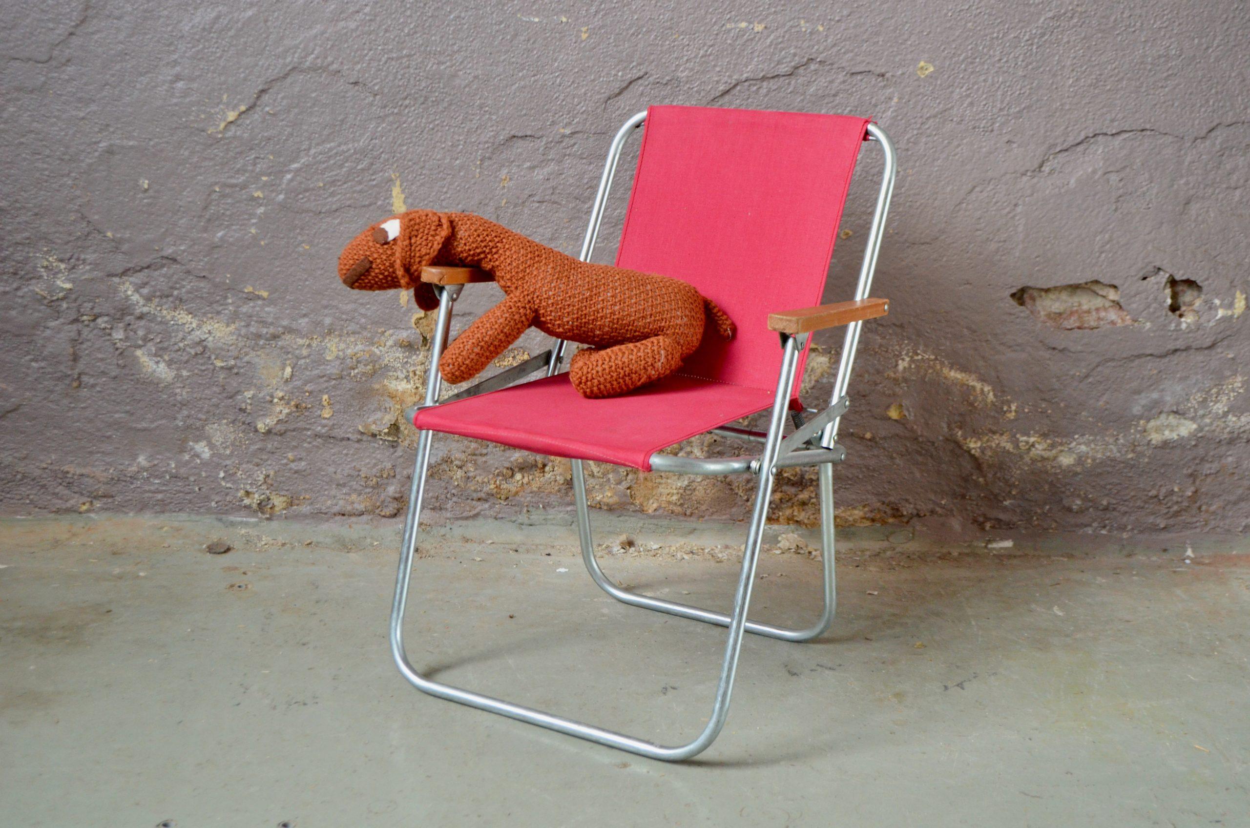 Mignonne petite chilienne enfant ou transat de plage, cette pièce vintage est pleine de charme. Elle sera parfaite en petite chaise enfant ou pour jouer à la poupée ! Pliable, elle se révélera aussi pratique que déco. Accessoire pour la chambre d'enfant ou les sorties pique nique, c'est un joli siège vintage. Transat fauteuil pliant vintage enfant