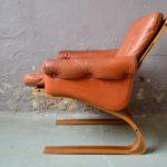 Cette paire de fauteuils Lounge d'Elsa & Nordahl Solheim on été édités par Rybo Rykken & Co dans les années 70. Leurs lignes scandinave illustre parfaitement le soin du design nordique pour proposer du mobilier tout confort, apportant de la douceur au foyer. Ces fauteuils lounge en cuir couleur havane, à l'assise moelleuse et suspendue, sont idéaux pour la détente, la lecture ou la conversation, ou pour un petit somme réparateur. Ils sont dotés de généreux accotoirs, rembourrés de cuir. Le piétement en plywood confèrent à ces fauteuils d'exception, une souplesse appréciable ainsi qu'un look scandinave identifiable.