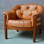 Ambiance classe et cosy, ce superbe fauteuil club des années 60, aux accents Chesterfield, évoque les salons des gentlemen... Généreux, confortable, chaleureux, cette superbe pièce vintage est tout en cuir, la teinte cognac est flamboyante et superbement lustrée. La structure est en bois massif, très élégante, elle sert d'écrin à la sellerie du fauteuil. Le cuir est d'une souplesse et d'une douceur incroyables.