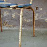 Chaise de jardin ancienne bicolore bleue vintage bohème et patinée