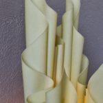 Le design des lampes de Georgia Jacob s'inspire de la forme d'une torche enflammée. Elle utilise la résine pour produire de jolis effets de volutes et drapés. Cette lampe de table, modèle « Athena » est doté d'un socle en marbre blanc, elle distille une lumière d'ambiance douce et chaleureuse.
