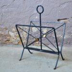 Tout en métal, ce porte-revue vintage nous montre design minimaliste et fonctionnel. Dans un esprit art-déco, il est réalisé en fer forgé. Charmant petit accessoire de salon, il est aussi déco que pratique.