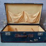 Nul ne sait combien de kilomètres cette valise ancienne a voyagé.. Une chose est certaine elle a traversé l'Atlantique au moins une fois, et c'est en paquebot que nous l'imaginons voyager... Valise haut de gamme et de belle facture, elle nous dévoile sa belle patine liée à son tempérament de voyageuse transatlantique. De grande taille, elle constitue un bel objet déco autant qu'un accessoire de rangement pratique.