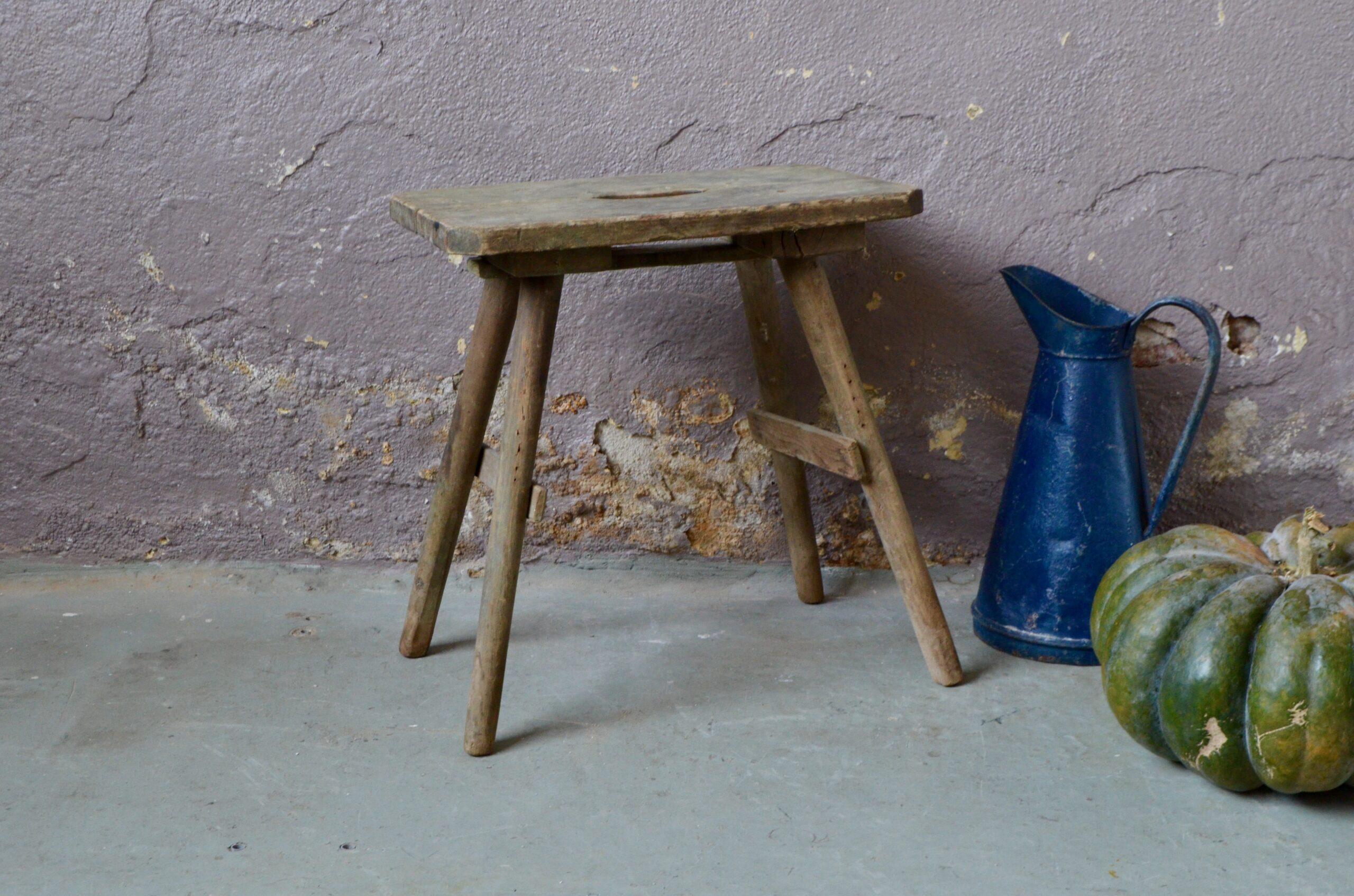 Ce tabouret de ferme nous touche par son dépouillement et son caractère primitif et bohème. Rustique, essentiel et marqué par son vécu, c'est un objet du quotidien qui a été utilisé longuement jusqu'à obtenir cette patine si particulière. On l'imagine guéridon minimaliste, porte-plantes primitif, table de nuit ou assise d'appoint dans le salon, non loin de la cheminée et de la peau de bête...