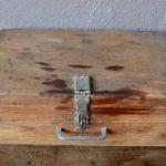 Cette valise possède un look bohème assumé! De son passé de boîte de transport, elle conserve souvenirs et patine authentique. Elle est réalisée en bois; patinée elle est pleine de charme. Seule ou en collection, elle constituera une déco authentique et un rangement pratique.