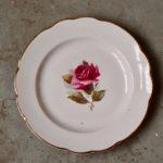 Set d'assiettes anciennes aux roses art de la table bohème
