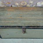 Coffre à jouets malle en bois vintage rétro bohème patine shabby chic wabi sabi antic french wooden trunk kid toy box midcentury bohemian deco