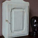 """Jolies moulures pour cette armoire à pharmacie vintage en bois... La peinture d'origine """"vieux blanc"""" est merveilleuse, pleine d'un charme bohème et poétique. Joli fronton et intérieur brut complètent le palmarès de ce petit meuble rétro aux utilisations multiples!"""