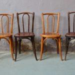 Nous adorons accueillir ces vielles dames en bois courbé à l'Atelier. C'est toujours un plaisir de constater la finesse d'exécution, le travail du bois dans son fil, l'ingéniosité des assemblages. Ces 4 chaises bistrot sont charmantes, fines et élégantes. Leur patine magnifique témoigne d'un vécu authentique. Prévues à l'origine comme assises dans des cafés et restaurants, leurs dimensions réduites les rendent tout indiquées pour meubler nos cuisines modernes. Associées à d'autres comparses dépareillées, elles se marieront avec bonheur pour une déco chaleureuse et originale.