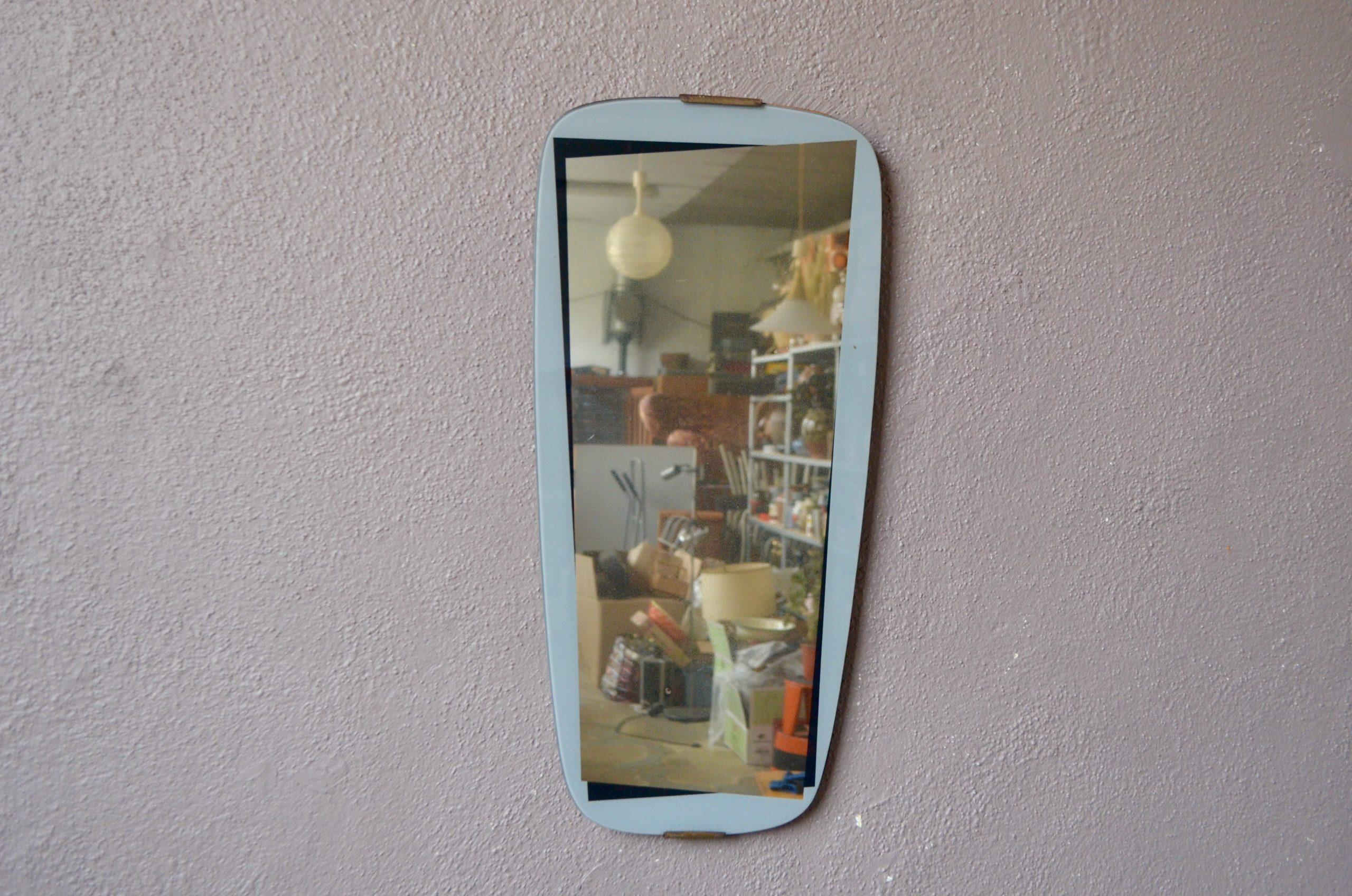 """Ce miroir """"rétroviseur"""" aux lignes '50 et au look rétro habillera les murs de l'entrée ou de la chambre en apportant une touche vintage... et beaucoup de bonne humeur! Les bords de la glace sont décorés de motifs géométriques noirs et gris, renforçant l'aspect graphique de ce beau miroir fifties."""