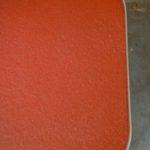 Guéridon ou table miniature des années 50, ce mignon accessoire déco est particulièrement attachant et pop. Il deviendra le support parfait de vos plantes grasses ou d'une petite lampe cocotte fifties. Doté d'un plateau carré rouge pompier et porté par de fins pieds inclinés, ce petit meuble est un parfait accessoire déco.