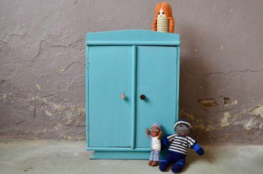 Armoire de poupée pour mini-chou ou armoire à bijoux pour sa maman, ce petit meuble vintage a de jolies lignes art déco et une charmante patine bohème comme on aime... Dotée d'une penderie et de petits tiroirs elle a tout d'une grande!