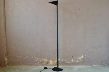 La lampe de sol Aria, imaginée par le duo Mario Barbaglia / Marco Colombo, est un trésor de délicatesse et d'équilibre. Lampadaire à l'allure fine, aérienne et délicate, elle célèbre un trait délicat, sobre et efficace. Le dispositif d'éclairage en verre dépoli est porté haut par une lame de métal. Pépite du design italien des années 80, c'est une pièce rare au design exigeant.