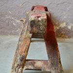Déniché dans l'atelier d'un ancien métallier, ces deux imposants tréteaux d'atelier étaient littéralement ensevelis sous des centaines de kilogrammes de matériaux divers et variés. Cet accumulation laissait percevoir d'épaisses poutre en bois solidement assemblées, à la patine et au vécu imparables. Ces tréteaux étaient utilisés à l'origine comme support pour le travail et la soudure des pièces de métal. Epais, massifs, solides et marqués en profondeur par un usage intense nous les imaginons reconvertis dans un lofts à la tendance industrielle. Etabli, support de travail ou encore table basse industrielle une fois associés à un épais plateau de bois verre ou métal; cette imposante paire de tréteaux d'atelier sera ravie de reprendre du service.