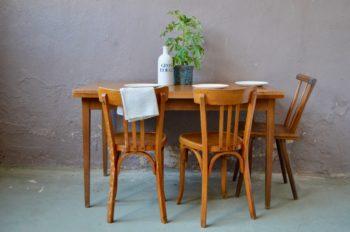 Voici une table vintage au look affirmé : un piétement fin en bois massif, un design sobre et élégant, une jolie mise en valeur des veines du bois et des rallonges intégrées bien pratique. Son plateau rectangulaire sera parfait pour accueillir les repas en famille ou les moment conviviaux avec les amis.
