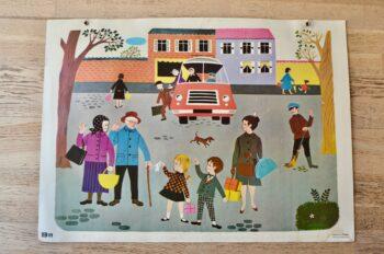 La place du village est animée!!! Figurant des scènes de vie, ces panneaux des années 60 de Fernand Nathan permettaient d'illustrer les cours aux enfants d'hier. Aujourd'hui, pas question de colle surprise ni de leçon d'élocution, on savourera simplement la douceur des images, les couleurs pétillantes et la nostalgie d'une époque… et parfois sa cocasserie aussi! Les illustrations des affiches Fernand Nathan sont très douces, elles s'inscrivent dans un univers coloré joyeux et enfantin.