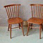 Chaise de cuisine, de bureau ou dans la chambre, tous les prétextes seront bons pour adopter cette paire de chaises vintage aux lignes scandinaves... Tout bois toutes simples et dotée d'un large dossier en éventail particulièrement accueillant, elles possèdent une teinte lumineuse.