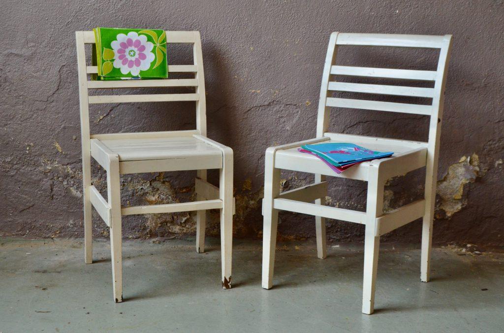 Paire de chaises blanches René Gabriel