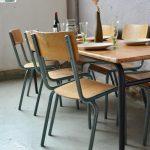 Ces ensembles de table et chaises au look délicieusement indus proviennent de la cantine d'un lycée. Voici des meubles qui ne manquent pas de rappeler quelques bon souvenirs... Mobilier scolaire à la sobriété industrielle, tourné vers la fonctionnalité, ces ensembles se révèlent pratiques et ergonomiques et très cohérents. Les tables sont longues et étroites, produites par Mullca. Elles sont constituées d'une structure en acier tubulaire laqué de noir qui porte un plateau de planches épaisses. Le piètement est coudé et permet le passage des assises. Les chaises sont en acier tubulaire assises et dossier sont en contreplaqué, elles sont empilables. Nous disposons de nombreux ensembles, ils sont adaptés à tout projet d'aménagement.